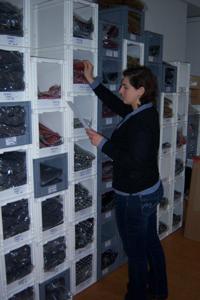 Corina sucht die bestellten ana alcazar Artikel