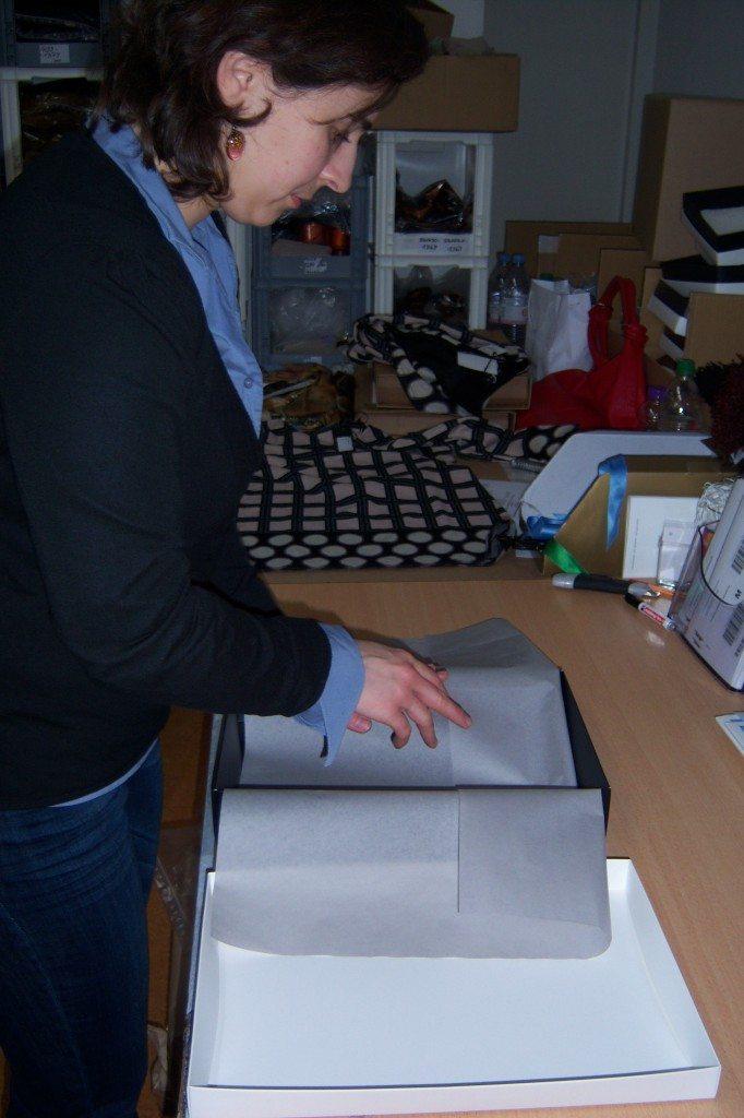 Seidenpapier wird in die ana alcazar Box gelegt