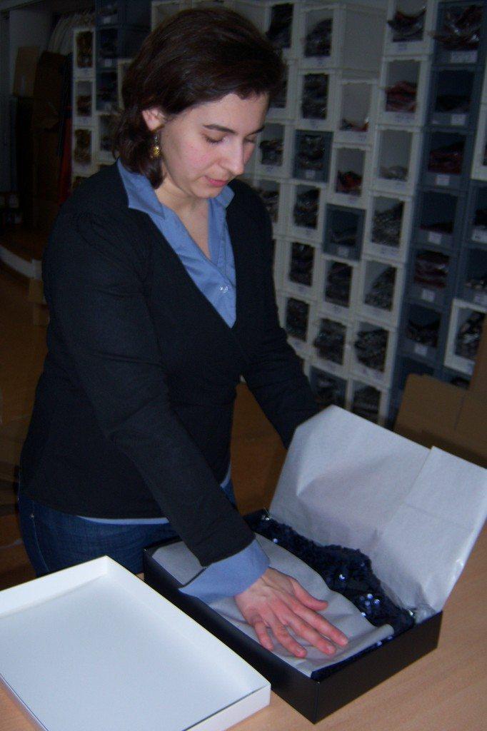 Corina packt die ana alcazar Pakete