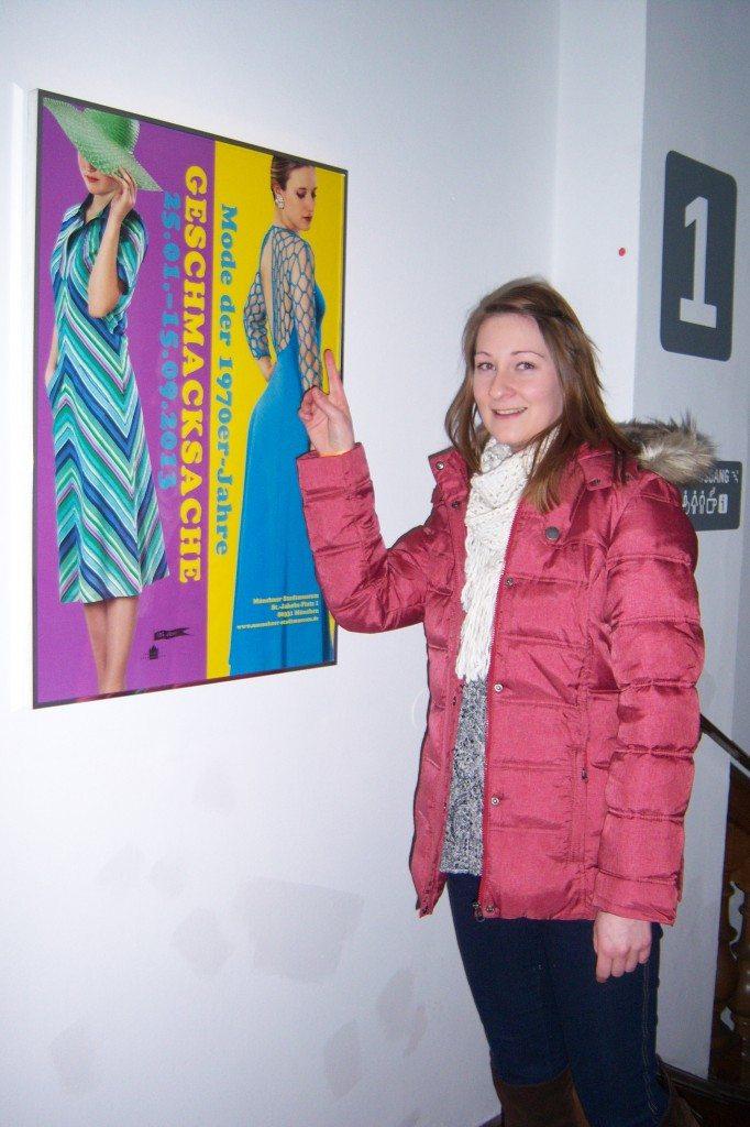 Jule bei der Fashion Ausstellung im Stadtmuseum München